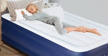 Bambina che dorme su materasso gonfiabile