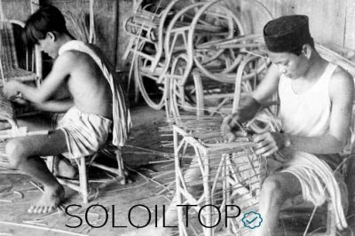 Alcuni artigiani indonesiani lavorano il Rattan