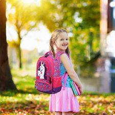 bambina con zaino rosa