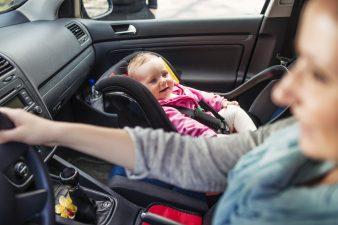 bambina sul seggiolino auto in viaggio con la mamma
