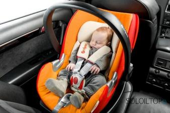 Bambino in un seggiolino per auto