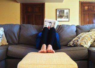 donna che legge rivista del divano