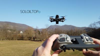 Drone con telecamera in volo